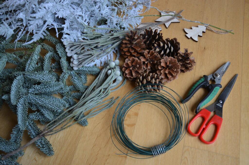 Ecco gli attrezzi per la realizzazione del festone natalzio.